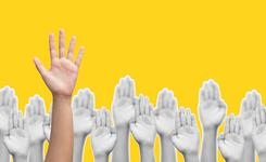 Opgestoken hand voor het stellen van een vraag