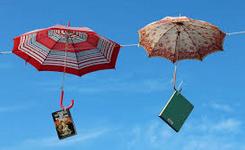 Boeken aan paraplu's nederdalend uit de hemel