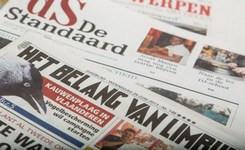 Kranten over elkaar uitgespreid