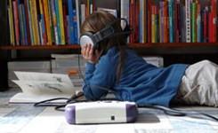 Kind dat met hoofdtelefoon naar Daisy-boek luistert