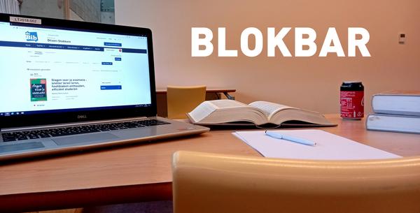 Stilleven van studielandschap met laptop met boeken in de leeszaal van de bibliotheek