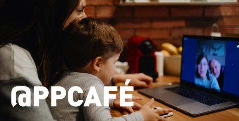 Moeder en kind aan het videobellen met grootouders